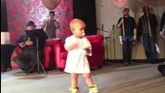 Бебе се разбива от танци на концерта на баща си