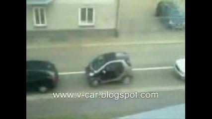 Жена Неможе Да Паркира Малка Кола
