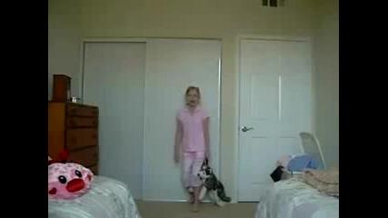 Гардеробна врата пада върху момиче - Много Смях - Не пропускай!