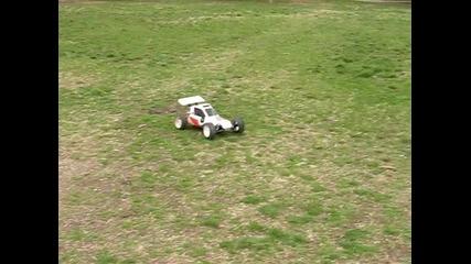 Куче срещу мощна количка с дистанционно