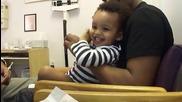Лекар бие ваксини на дете по забавен начин