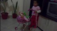 Сладката Диана се радва на мечето jumbo