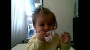 Пебълс дъвче пликче