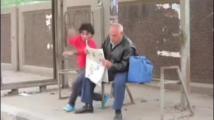 Мъж се гаври с хора по улицата