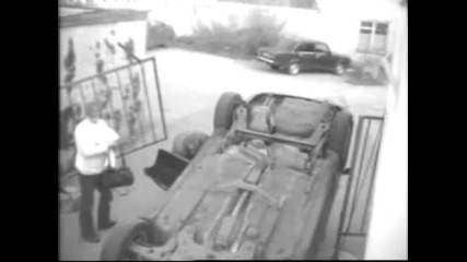 Жена обръща колата си
