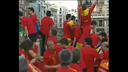 Пияният Пике наплю човек от щаба на Испания - смях