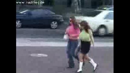 Жени С Големи Гърди Бягат По Улицата !