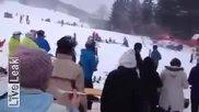 Хеликоптер се пързаля на ски писта