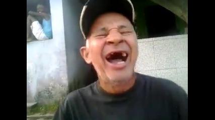 Дядо си пее и си пляска