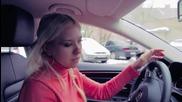 Блондинка зад волана