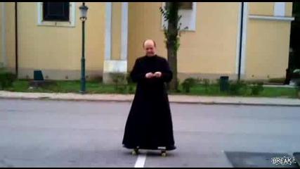 Пастор показва трикове със скейт