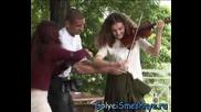 Голи и Смешни - Секси цигуларка показва дупе
