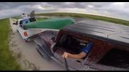 Мъж си прави селфи докато шофира ... Какво може да се обърка?