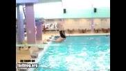 момче скача в плувен басеин и се пребивам