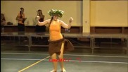 Момиче показва изкуство в танца си , а дали ще и падне полата?