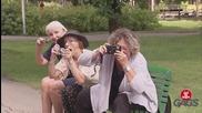 Баби гледат и снимат задника на мъже - скрита камера