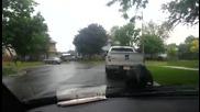 Врана се люлее на стъклочистачките на автомобил