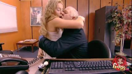 Мъж изневерява на жена си в офиса - Скрита камера