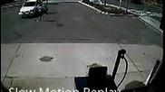 Дете включва задна предавка , докато майка му зарежда колата с гориво !