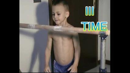 4 годишно момче тренира (street Fitnes) 2