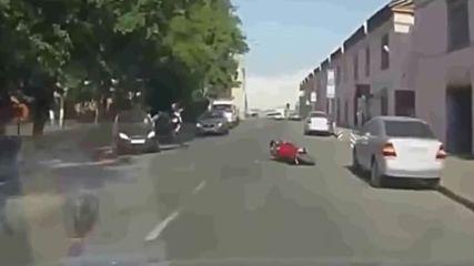 Агресивни мотористи нападат автомобилите на хората по пътя но не остават безнаказани.