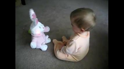Бебе с пеещо зайче