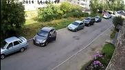 Жена се опитва да паркира колата си