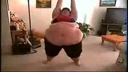 дебела жена прави фитнес ! смях !