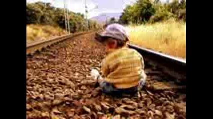 Баба рита бебе за да го спаси от влак! Смях!