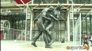 Уникaлна статуя на Зидан и Матераци в Париж