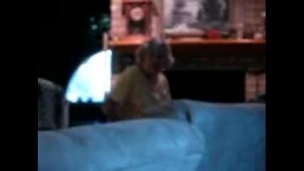 Бабата на лигльото се изнервя и почва да го бие :d:d:d:d