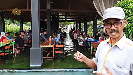 Sole food! - Fish eat your feet as you dine at this Indonesian restaurant!