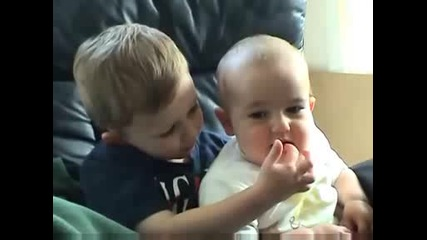 Смях !! Дете лапа . пръста на друго дете
