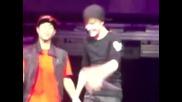 Момичета замалко да се сбият на концерт на Justin Bieber , после той неможа да спре да се смее ;д