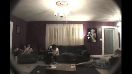 Идиоти тестват еърбег на диван
