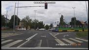 Audi Rs6 преминава на червено и отнася целувка от трамвай