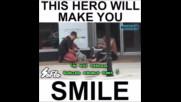 Младеж помага на мъж, който лежи на земята