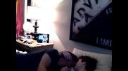 Влюбена двойка от момчета се целуват.