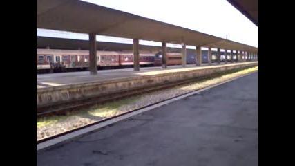 Товарен влак и изолирана машина на гара София