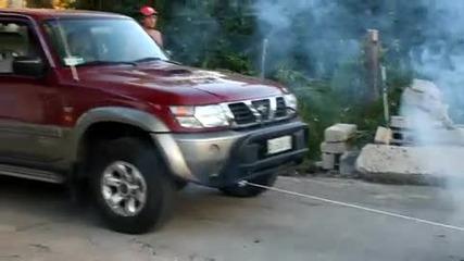 Камион с дистанционно управление дърпа нисан