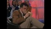 Телевизионен водещ не престава да се засмива