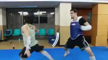 Задно салто и впечатляващ ритник в гърдите на тренировка