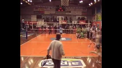 Hooligans! Хулигани на Аек нападнаха фенове на Панатинайкос на женски волейбол!