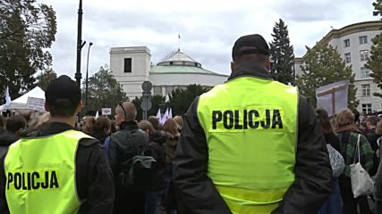 Poland: Pro-choice and anti-abortion protesters face-off in front of parliament