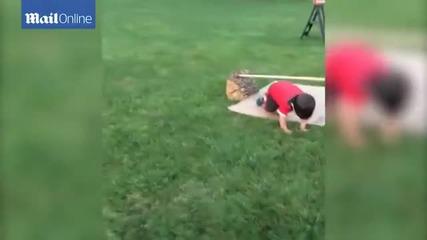 Сладко хлапе преодолява домашно направено тренировъчно трасе за нинджи
