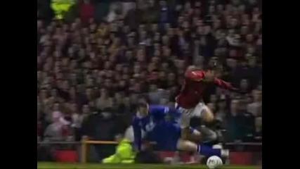 Rooney влиза остро в краката на Ronaldo