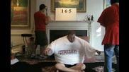 Рекордите На Гинес - Мъж Облича 183 Тениски Наведнъж!