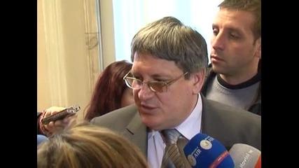 Опозицията продължава да иска оставката на шефа на Здравната каса