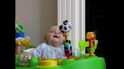 Сладко бебе се плаши от звуците на майка си (смях)