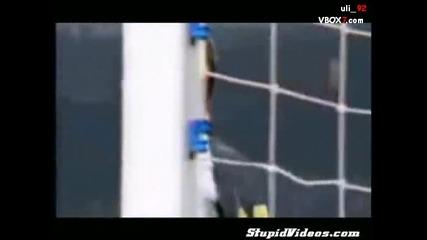 Гола фенка вкарва гол по време на мач ... :)